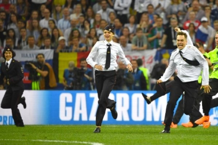 «Pussy Riot» выбежали на поле во время финала чемпионата мира (ФОТО+ВИДЕО)